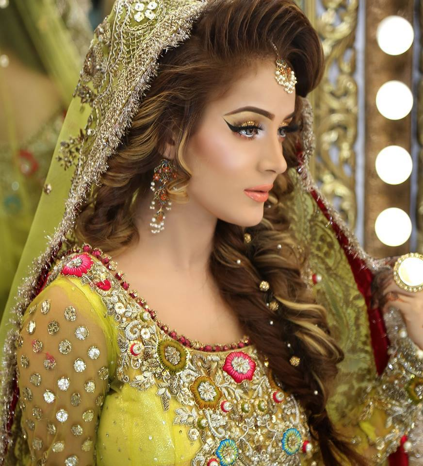Pakistani hairstyle for Mehndi function