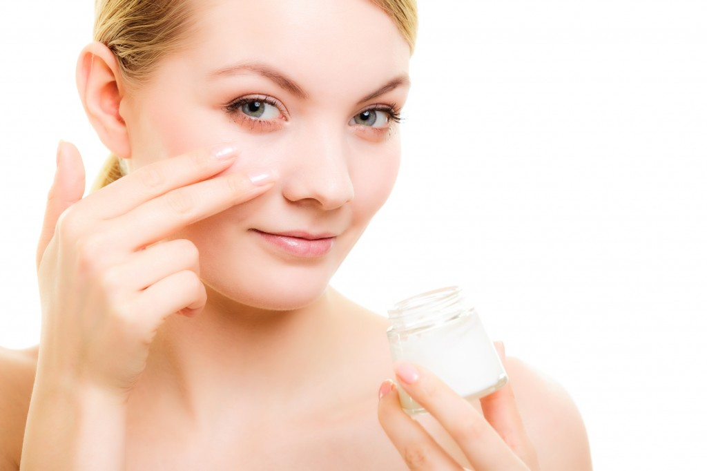 girl applying moisturizer
